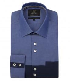 Мужская голубая с темно-синим приталенная рубашка, ткань с рисунком (End-on-end), нити которой попеременно пересекают друг друга с контрастными деталями.