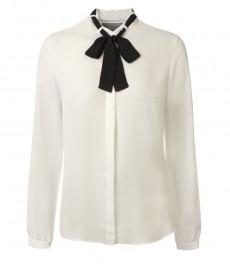 Женская кремовая блузка с черным шарфом на шее